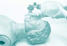 Mano y guantes médicos blancos del resuscitat de la demostración del doctor Imagen de archivo libre de regalías
