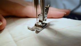 mano y máquina de coser almacen de metraje de vídeo