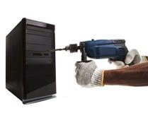 Mano y perforación eléctrica que señalan al uso de la CPU del ordenador para el corte Imagenes de archivo
