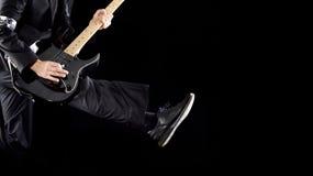 Mano y piernas de la guitarra Foto de archivo libre de regalías