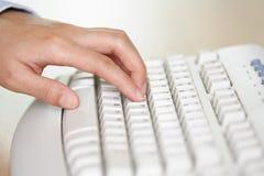 Mano y teclado Fotos de archivo libres de regalías