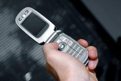 Mano y teléfono celular imagen de archivo