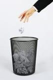 Mano y trashcan Imagen de archivo