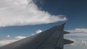 Manobrando os aviões durante a aterrissagem Vista da cabina do piloto No quadro da asa e dos winglets cor-de-rosa Contra vídeos de arquivo