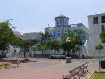 Manoir classique bleu et blanc dans Barranco, Lima Photographie stock libre de droits