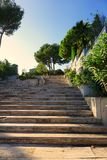 Manoir exceptionnel, avec des escaliers sur le rivage de vue de mer au coucher du soleil Photographie stock libre de droits