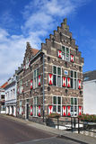 Manoir majestueux historique avec les volets rouges et blancs, Gorinchem, Pays-Bas image stock