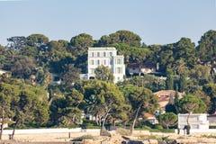 Manoir privé, architecture d'art déco dans le chapeau de  propriété de luxe d'Antibes, Provence, la Côte d'Azur, France images libres de droits