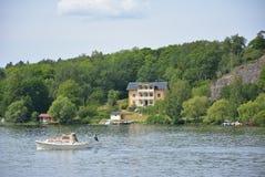 Manoir suédois de bord de lac images libres de droits