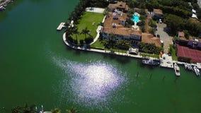Manoirs de luxe dans la vidéo d'antenne de Miami Beach banque de vidéos