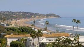 Manoirs exclusifs à la plage de Malibu à la route de Côte Pacifique banque de vidéos