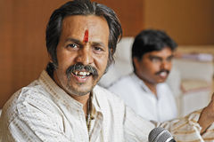 Manoj Desai som ler under en repetition Arkivbild