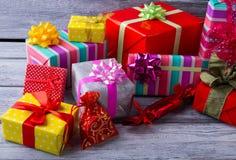 Manojo colorido de cajas de regalo Foto de archivo libre de regalías
