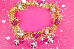 Manojo de Año Nuevo del arco iris puesto en un círculo y una caja de regalo Han Imagen de archivo