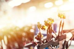 Manojo de arneses de cableado Fondo de la industria del automóvil con el espacio de la copia, efecto luminoso fotos de archivo libres de regalías