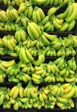Manojo de Banana& x27; s en parada del mercado Fotografía de archivo