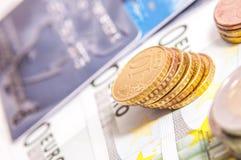 Manojo de billetes de banco euro, monedas que se colocan en el top Imagen de archivo libre de regalías