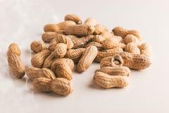 Manojo de cacahuetes asados Imagenes de archivo