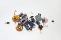 Manojo de componentes electrónicos: condensadores, transistores, inductores imagen de archivo libre de regalías
