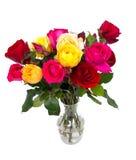 Manojo de diversas rosas en un florero de cristal Imágenes de archivo libres de regalías