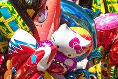 Manojo de diversos globos de los personajes de dibujos animados en la feria fotos de archivo