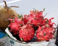 Manojo de Dragonfruit en una parada del mercado Foto de archivo libre de regalías