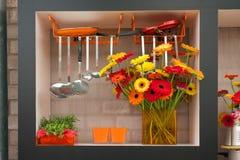 Manojo de flores anaranjadas en interior de la cocina Imagenes de archivo
