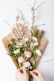 Manojo de flores de la primavera en el papel de embalaje Imagen de archivo