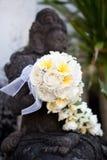 Manojo de flores en buddha Foto de archivo libre de regalías