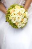 Manojo de flores en las manos de la novia Fotografía de archivo libre de regalías