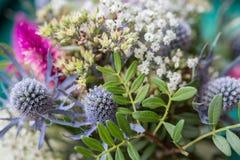 Manojo de flores en un cierre del ramillete encima del tiro macro Imagen de archivo
