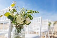 Manojo de flores en un florero para la ceremonia de boda Imagen de archivo
