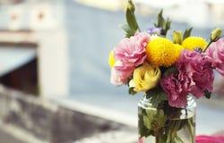 Manojo de flores en un tarro de cristal Imagenes de archivo