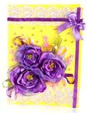Manojo de flores púrpuras en amarillo Imagen de archivo libre de regalías