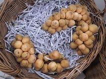 Manojo de fruta de Langsat en cesta tejida imágenes de archivo libres de regalías