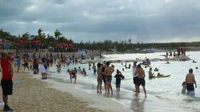 Manojo de gente en la playa metrajes