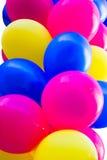 Manojo de globos festivos coloridos Fotos de archivo