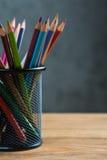 Manojo de lápices del color en un soporte Imagenes de archivo