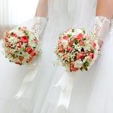 Manojo de la boda de flores en manos de la novia Fotografía de archivo libre de regalías