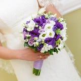 Manojo de la boda de flores en manos la novia imagen de archivo