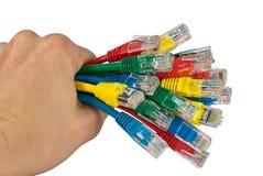 Manojo de la explotación agrícola de la mano de cables coloreados de la red Fotos de archivo