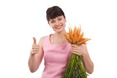 Manojo de la explotación agrícola de la muchacha de zanahorias imagen de archivo libre de regalías