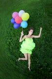 Manojo de la explotación agrícola de la mujer de balones de aire coloridos Imagen de archivo libre de regalías