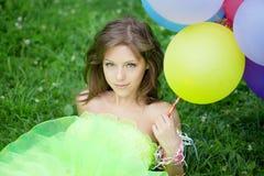 Manojo de la explotación agrícola de la mujer de balones de aire coloridos Foto de archivo libre de regalías
