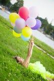 Manojo de la explotación agrícola de la mujer de balones de aire coloridos Imagenes de archivo