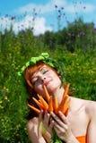 Manojo de la explotación agrícola de la mujer de zanahorias fotografía de archivo libre de regalías
