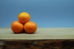 Manojo de la mandarina con el fondo azul fotografía de archivo