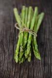 Manojo de lanzas verdes frescas del espárrago Foto de archivo libre de regalías