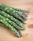 Manojo de lanzas verdes frescas del espárrago Fotografía de archivo