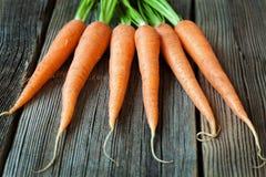 Manojo de las zanahorias de comida vegetariana orgánica fresca encendido Fotos de archivo
